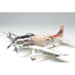 Tamiya Douglas Skyraider AD-6 (A-1H) Kit di montaggio (art. TA61058)